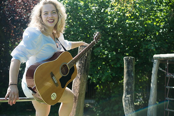 Tessa Josephina schrijft en speelt haar eigen muziek