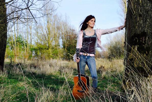 Claudia Robbens verblijdt je met afwisselende Bluesy-Americana songs